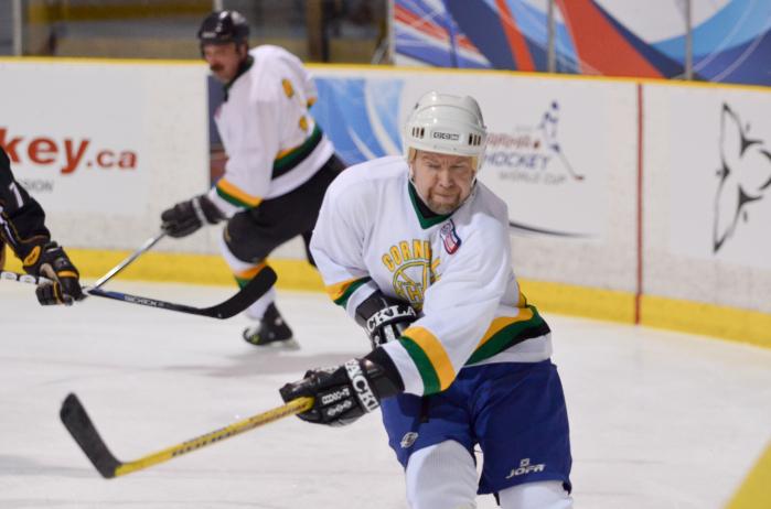 Timo Kuningas pelaa jääkiekkoa